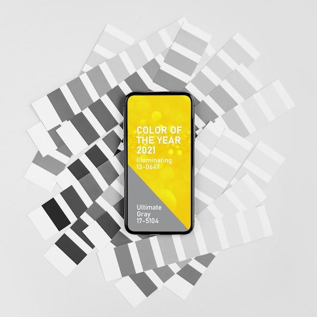 Smartphone com as cores do ano 2021 - ultimate gray e illuminating e amostras de cores da moda. paleta de tendências de cores.