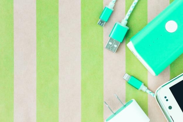 Smartphone com cabos de carregamento usb e banco de baterias