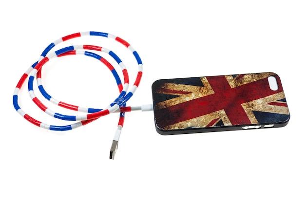 Smartphone com carregador de cabo na superfície branca