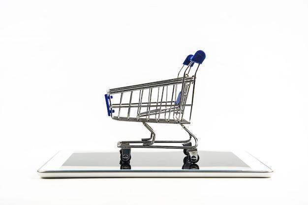 Smartphone com carrinho de compras no fundo branco