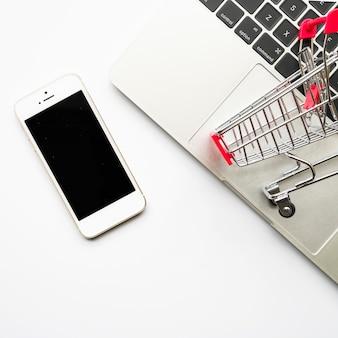 Smartphone com carrinho de supermercado pequeno
