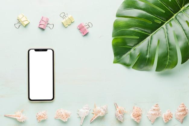 Smartphone com elementos decorativos no fundo claro