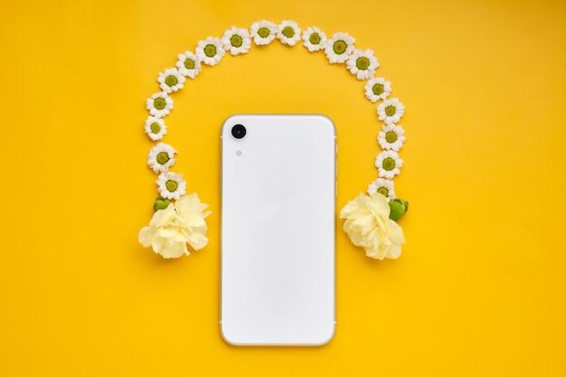 Smartphone com fones de ouvido sem fio em um fundo amarelo