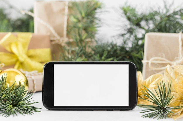 Smartphone com galhos na mesa