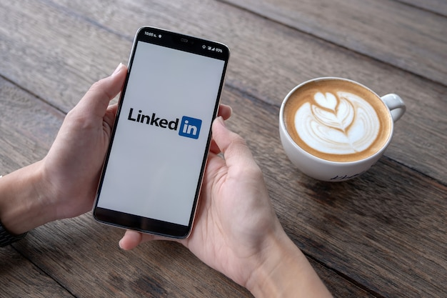Smartphone com logotipo do linkedin na tela.