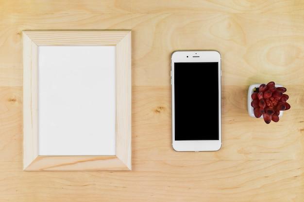 Smartphone com moldura em branco na mesa