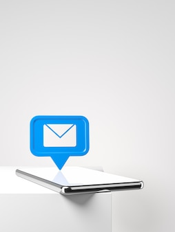 Smartphone com novo e-mail azul ou notificação de mensagem na mesa branca conceito de rede social