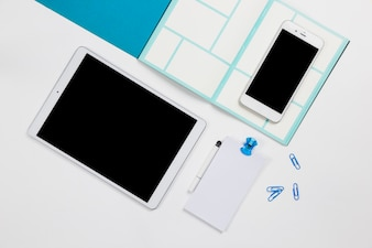 Smartphone com tablet e papel na mesa