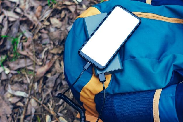 Smartphone com tela branca carregada para carregadores portáteis