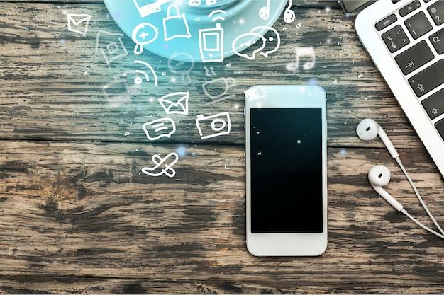 Smartphone com tela em branco e fones de ouvido no fundo