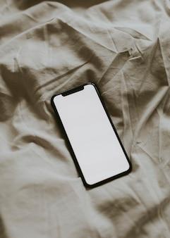 Smartphone com tela em branco em tecido texturizado
