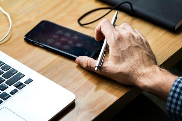 Smartphone com um teclado de discagem na tela