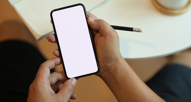 Smartphone de tela em branco e freelancer