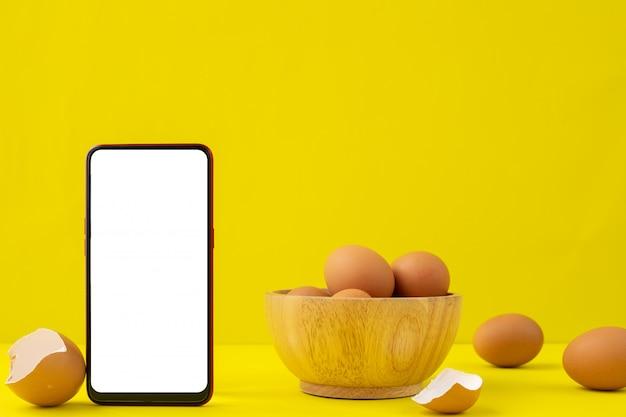 Smartphone de vista frontal com ovos