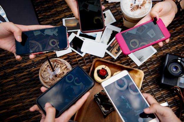 Smartphone digital divice tirando uma foto de sobremesa