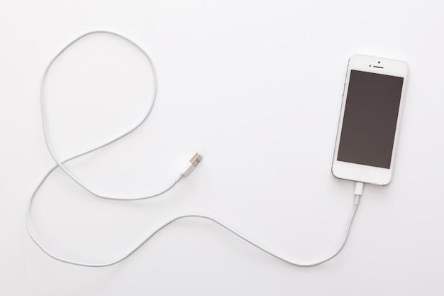 Smartphone e cabo