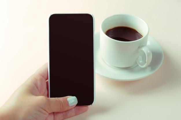 Smartphone e café na mesa