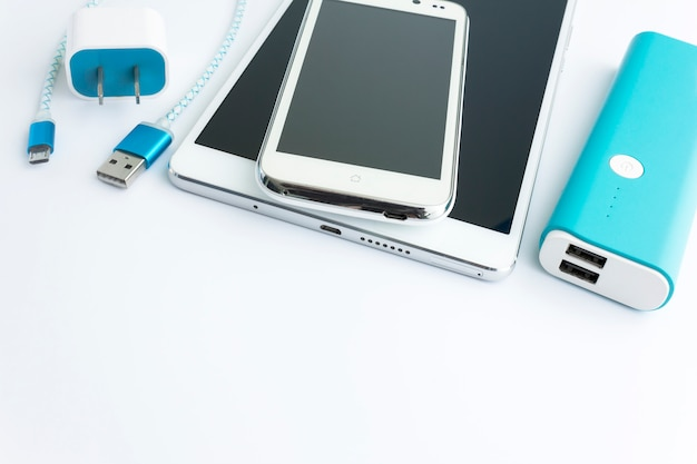 Smartphone e carregador de cabo usb com espaço para texto