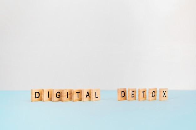Smartphone e desintoxicação digital de texto na superfície azul. dependência de mídia social