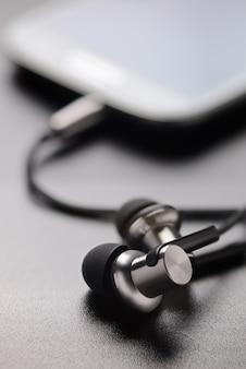 Smartphone e fones de ouvido na mesa