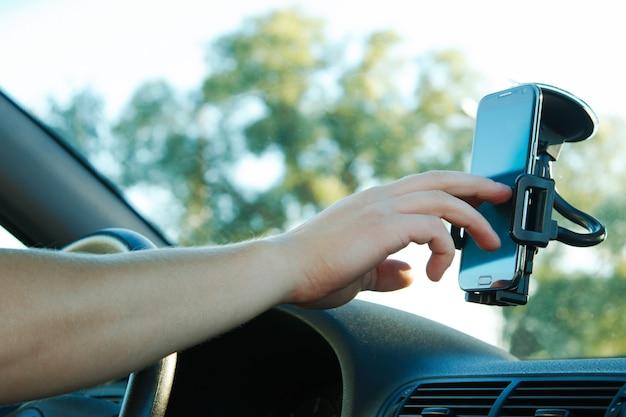 Smartphone e mão masculina