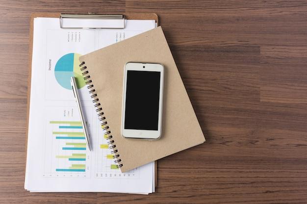 Smartphone e notebook com analisando o gráfico