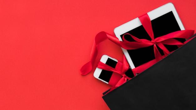 Smartphone e tablet com fitas no pacote