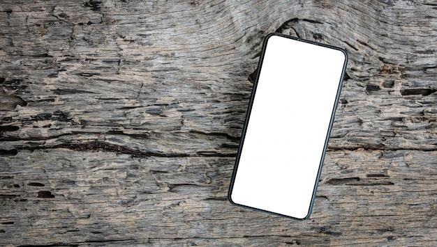 Smartphone em madeira, com tela em branco isolada.