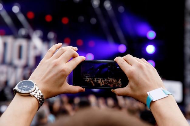 Smartphone em mãos no programa de música.