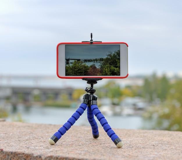 Smartphone fica no tripé e atira paisagem