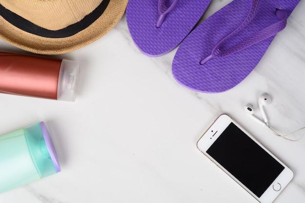 Smartphone, flip-flops, protetor solar e chapéu.