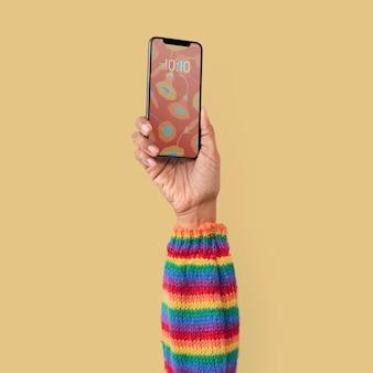Smartphone isolado em estúdio com a mão levantada