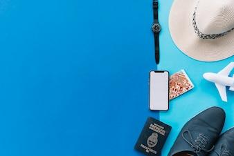 Smartphone; mapa; Passaporte; avião de brinquedo; sapatos; relógio de pulso e chapéu em fundo duplo com espaço para escrever texto