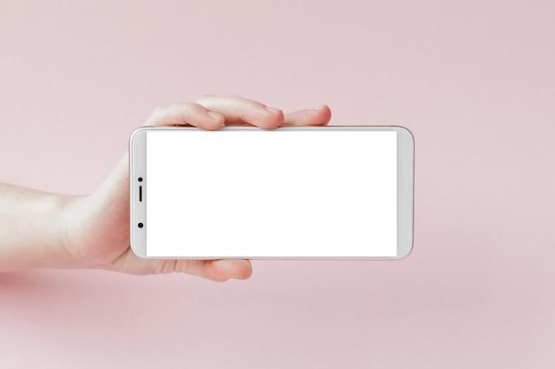 Smartphone moderno com tela em branco na mão de uma mulher