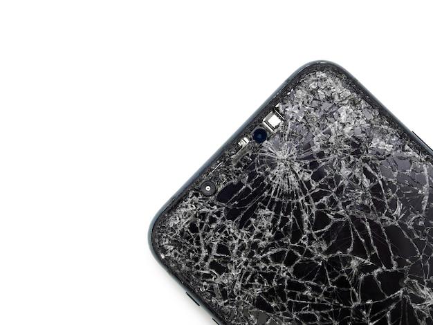 Smartphone moderno verde meia-noite com visor de vidro quebrado e close-up danificado do corpo curvo isolado no fundo branco