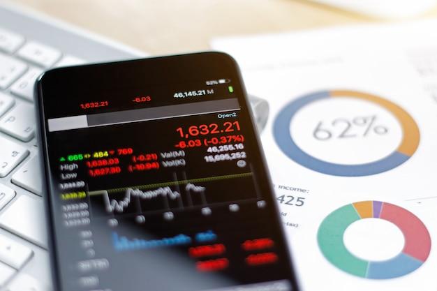 Smartphone mostrando a tendência do mercado de ações