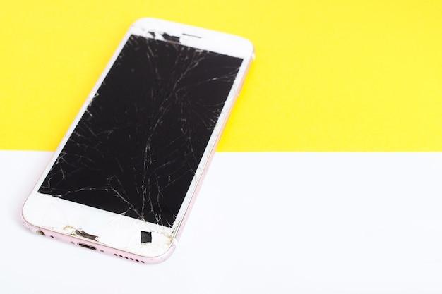 Smartphone móvel moderno com tela quebrada