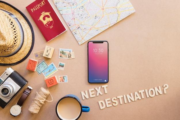 Smartphone na mesa com conjunto turístico