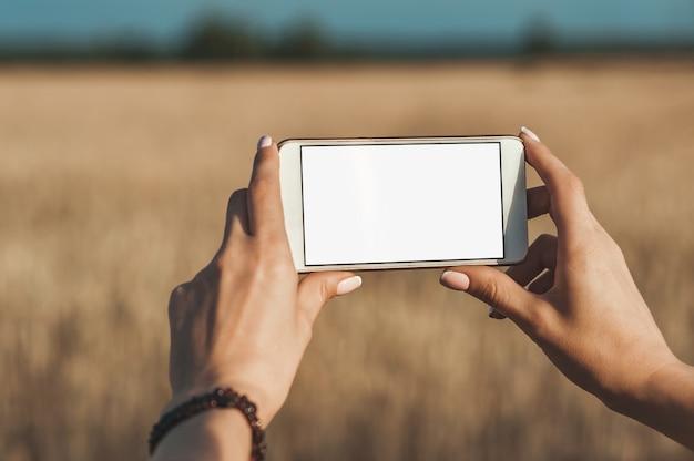 Smartphone nas mãos da menina