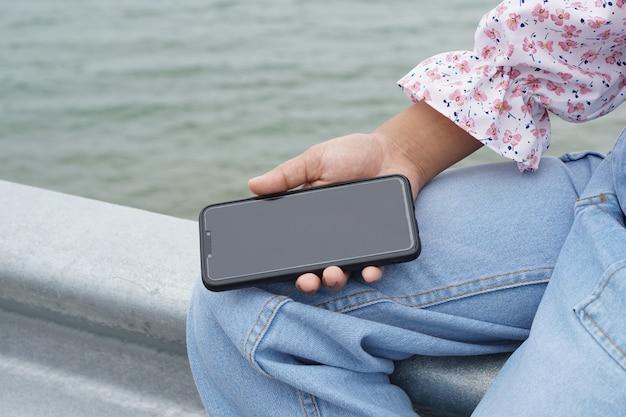Smartphone nas mãos das mulheres