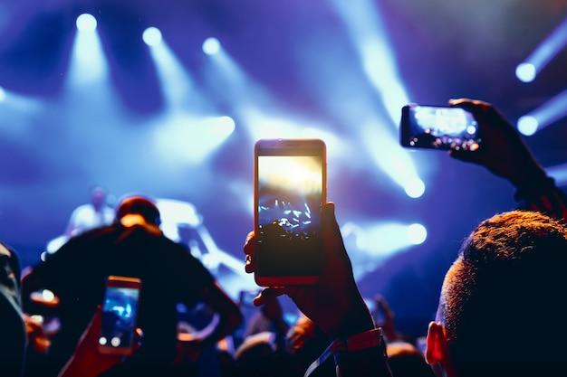 Smartphone nas mãos de um fã durante show de música