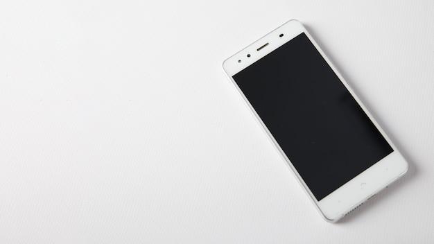 Smartphone no fundo branco