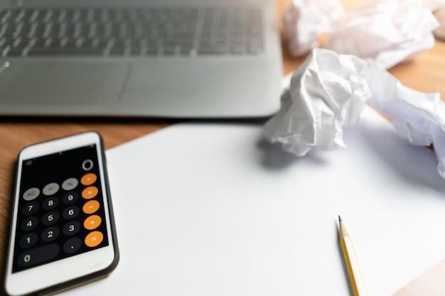 Smartphone para calculadora com laptop para pequenos negócios