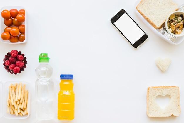 Smartphone perto de vários alimentos saudáveis
