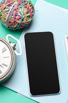 Smartphone preto em cima da mesa
