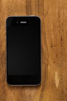 Smartphone preto na mesa