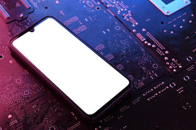 Smartphone quadro menos tela em branco na placa-mãe do computador.