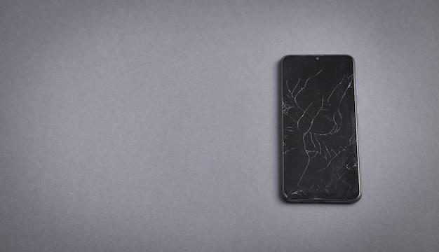 Smartphone quebrado preto. tela quebrada