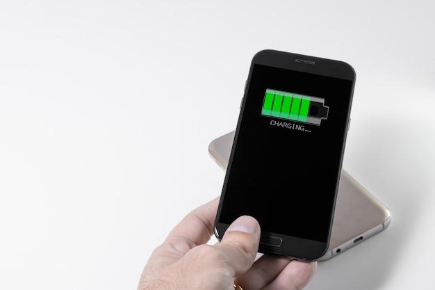 Smartphone sendo carregado por outro dispositivo via carregamento sem fio