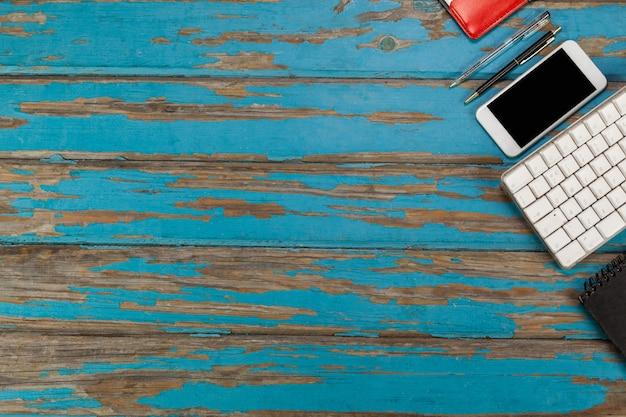 Smartphone, teclado, canetas e diário
